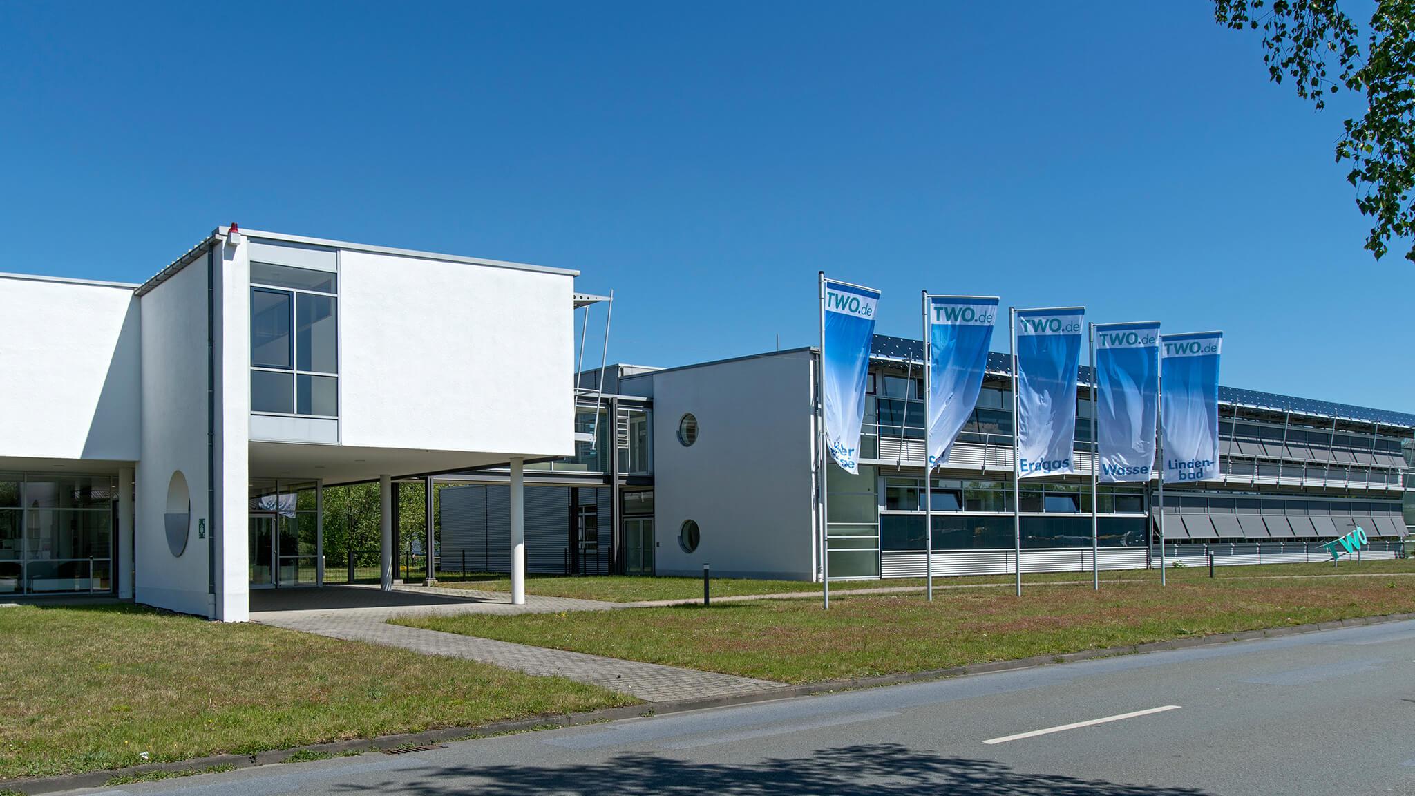 TWO Gebäude mit Fahnen von außen in Halle